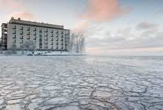 Mroźny zima dzień obok jeziora Zdjęcie Stock
