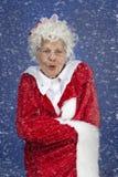 Mrs Claus pozycja w śnieżnej burzy Fotografia Royalty Free
