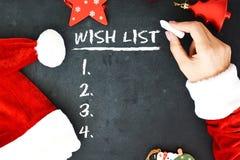 mrs Santa's räcker att skriva en önskelista på den svart tavlan arkivbilder
