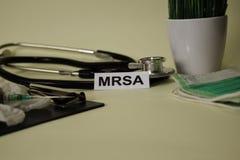 MRSA mit Inspiration und Gesundheitswesen/medizinischem Konzept auf Schreibtischhintergrund lizenzfreies stockbild