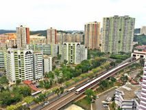 在居住区的MRT火车 库存照片