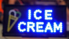 Mrugać Dowodzonego lody sklepu reklamy znaka Ulicznego materiał filmowego z Bokeh skutkiem 4K zdjęcie wideo