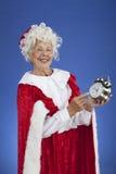 Ms Claus wskazuje przy zegarem Zdjęcie Royalty Free