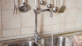 MS de vidro da suficiência da água da cozinha vídeos de arquivo