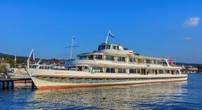 Ms Helvetia en un embarcadero en el lago Zurich foto de archivo
