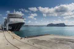 MS królowa Elizabeth cumujący w Palmie Majorca Zdjęcie Royalty Free