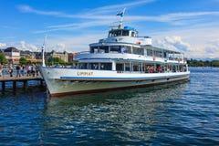 Ms Limmat en un embarcadero en el lago Zurich fotos de archivo