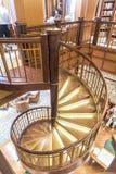 MS Queen Elizabeth da escadaria espiral da biblioteca Fotos de Stock Royalty Free