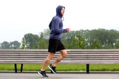 Más viejo hombre deportivo que corre en parque Imagen de archivo libre de regalías