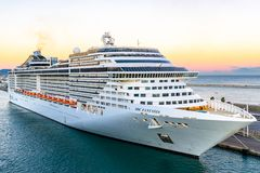 MSC幻想曲游轮靠码头在巴塞罗那巡航口岸终端在日落 库存图片