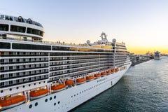 MSC-Fantasie-Kreuzschiff angekoppelt am Barcelona-Kreuzfahrt-Hafenterminal bei Sonnenuntergang stockfotos