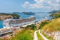 MSC Magnifica的大游轮在克罗地亚镇杜布罗夫尼克 免版税库存图片