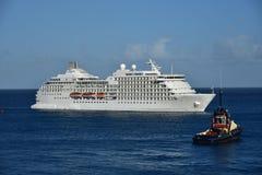 MSC Poesia ankommande Barbados som observeras av bogserbåten Royaltyfria Bilder