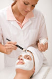 Máscara facial - mujer en el salón de belleza Imagenes de archivo
