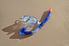 Máscara que bucea en una playa Imagen de archivo libre de regalías