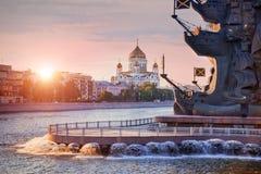 Mscow-Fluss mit Monument und Kathedrale Lizenzfreie Stockbilder