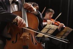 Música clásica, violoncelista y violinistas Fotografía de archivo libre de regalías