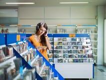 Música de escuta da menina na loja cd Fotos de Stock