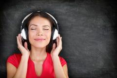 Música nos fones de ouvido - mulher bonita que escuta Fotografia de Stock Royalty Free