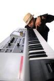 Músico con el teclado electrónico Fotografía de archivo