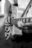 Músico con la guitarra del jazz Imagen de archivo libre de regalías