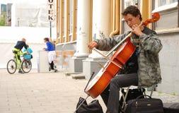 Músico de la calle con el violoncello. Foto de archivo libre de regalías