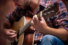 Músico que joga a guitarra acústica Fotos de Stock
