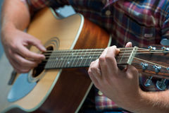 Músico que joga a guitarra acústica Imagem de Stock