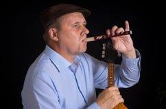 Músico que juega sopilka ucraniano del instrumento de instrumento de viento de madera Foto de archivo