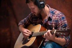 Músico que toca la guitarra acústica Foto de archivo libre de regalías