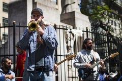 Músicos de la calle que juegan en una calle en la ciudad de Buenos Aires, en la Argentina Foto de archivo