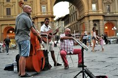 Músicos gitanos de la calle en Florencia, Italia Foto de archivo libre de regalías
