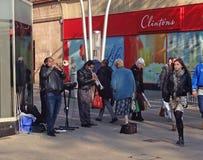 Músicos o actores de la calle que tocan las trompetas Fotos de archivo libres de regalías