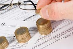 Męski ręki kładzenia pieniądze na dorośnięcie monety stercie Obraz Stock