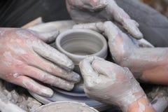 Msking van ceramische pot stock foto's