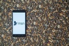MSN-Logo auf Smartphone auf Hintergrund von kleinen Steinen Stockfotos