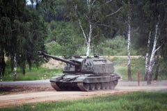Msta-m russo del carro armato sulla terra Immagine Stock Libera da Diritti