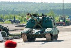 Msta-s 152 mm-houwitser 2S19 in motie Rusland Stock Afbeeldingen