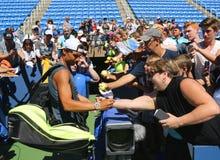 Mästare Rafael Nadal för storslagen Slam av Spanien undertecknande autografer efter övning för US Open 2016 Royaltyfria Bilder