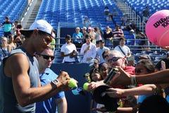 Mästare Rafael Nadal för storslagen Slam av Spanien undertecknande autografer efter övning för US Open 2016 Royaltyfri Bild