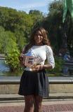 Mästare Serena Williams som för US Open 2013 poserar US Opentrofén i Central Park Arkivfoton
