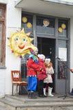 Mstera, 13.2016 Ρωσία-Μαρτίου: Δράστης εμφάνισης στη ζωηρόχρωμη εσθήτα α Στοκ Φωτογραφία