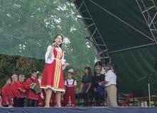 Mstera, Rússia-agosto 8,2015: As crianças cantam e dançam na cena Fotos de Stock Royalty Free