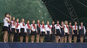 Mstera, Rússia-agosto 8,2015: As crianças cantam na cena no dia da cidade Mstera, Rússia Fotografia de Stock Royalty Free
