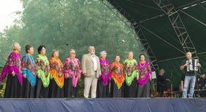 Mstera, Rusia-agosto 8,2015: El estribillo de la mujer canta en escena abierta Imagen de archivo libre de regalías