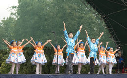 Mstera, 8,2015 Rusland-Augustus: De kinderen dansen op scène bij dag van de stad Mstera, Rusland royalty-vrije stock foto