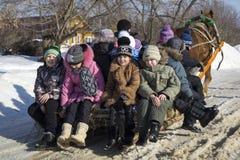 Mstera, 21,2015 Rusland-Februari: De kinderen berijden op slee met paard bij dag van Shrovetide Stock Afbeelding