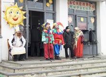 Mstera, 13,2016 Rusland-Maart: Verschijningsacteur in kleurrijke toga a Stock Foto's