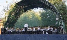Mstera, 8,2015 Russia-augusti: Giochi del musicista dell'orchestra sulla scena aperta Fotografie Stock
