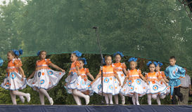Mstera, 8,2015 Russia-augusti: I bambini ballano sulla scena al giorno della città Mstera, Russia Immagine Stock